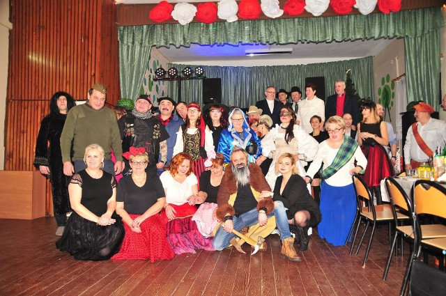 Bogusława Iwanicka zintegrowała wieś. Mieszkańcy jeżdżą na wycieczki, do teatru, spotykają się. Na zdjęciu czwarty bal karnawałowy w Sztabinie
