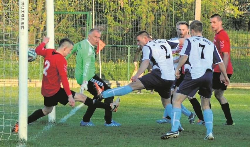 Czy walcząc bez presji piłkarzom Soły (białe stroje) łatwiej przyjdzie zdobywanie bramek?