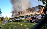 Pożar hali produkcyjnej w Stanicy. Spłonęły opakowania foliowe Mieszkańcy skarżą się na smród