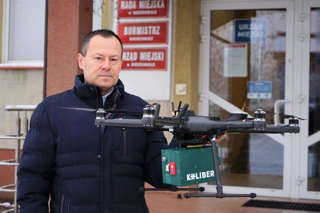 Władze gminy przekonują, że mandaty będą wystawiane raczej w sytuacjach konieczności. Sam dron ma raczej zachęcić ludzi do dbania o jakość powietrza. Na zdjęciu dr Wiesław Kąkol, burmistrz Boguchwały.