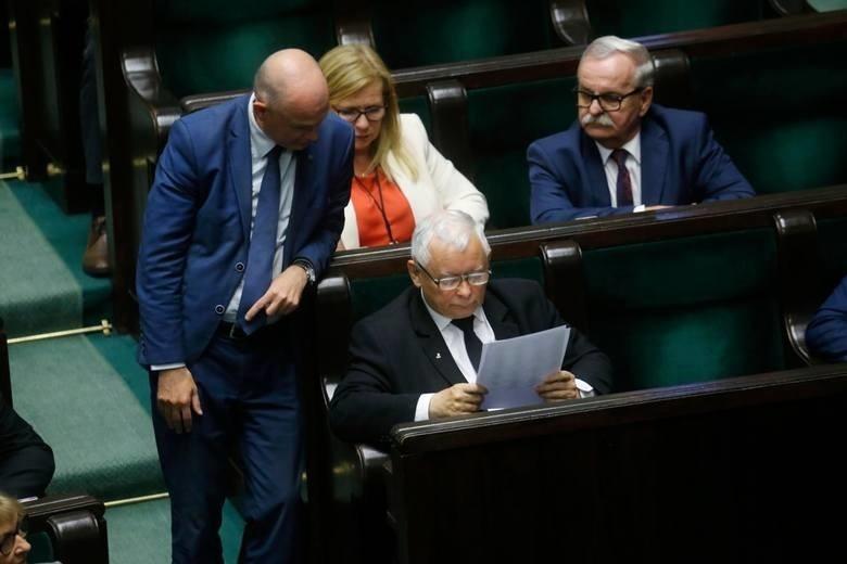 Prezes PiS szachuje koalicjantów.