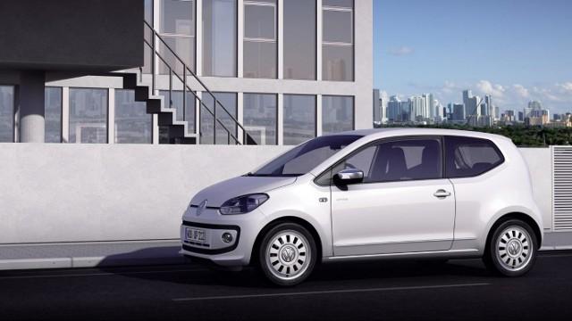 """1. Volkswagen up!Autem o najniższym miesięcznym abonamencie jest we wrześniu Volkswagen up! w wersji 1.0 move up. Volkswagen up! to samochód miejski i jednocześnie najmniejszy z modeli niemieckiej firmy. Osoba, która nie chce pozbywać się swoich oszczędności i wybiera opcję """"bez wkładu własnego"""" zapłaci za takie auto 899 PLN plus 28 groszy za kilometr. Abonament można obniżyć inwestując w najem własne oszczędności. Przy 10-proc. wkładzie własnym część stała raty spadnie do 754 PLN. Jeżeli użytkownik będzie pokonywał tym autem rocznie ok .10 tys. km (średni przebieg samochodów wykorzystywanych dla celów prywatnych), miesięczny koszt najmu wyniesie ok. 1 130 PLN – szacuje carsmile. Gdyby Kowalski chciał kupić takie auto na własność musiałby przeznaczyć na ten cel ok. 45 tys. PLN. Przy założeniu, ze samochód traci na wartości średnio 50 proc. w ciągu trzech pierwszych lat, miesięczny koszt tylko z powodu utraty wartości wyniósłby grubo ponad 600 PLN. Do tego należałoby dodać (w przeliczeniu na miesiąc użytkowania) mniej więcej 250 PLN z tytułu ubezpieczenia, 150 na obowiązkowe serwisy oraz 100 na zakup i wymianę opon. Tajemnicą pozostałby ewentualny koszt napraw nieobjętych gwarancją.  – Nabywcy samochodów koncentrują się dziś przede wszystkim na cenie zakupu auta na własność. Warto jednak przy porównywaniu różnych modeli, bądź różnych form posiadania, uwzględniać łączne koszty użytkowania auta. Wbrew powszechnej opinii to nie paliwo jest największym obciążeniem domowego budżetu. Na pierwszym miejscu jest utrata wartości samochodu, choć z niej rzadko który użytkownik zdaje sobie sprawę. Na drugim miejscu mamy koszt ubezpieczenia, a dopiero na trzecim paliwo –  mówi Michal Knitter, carsmile."""
