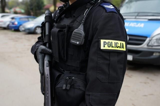 Ile zarabia policjant? Zarobki policjantów wg stanowiskStanowisko: KursantGrupa zaszeregowania: 1Zarobki: 2376 zł