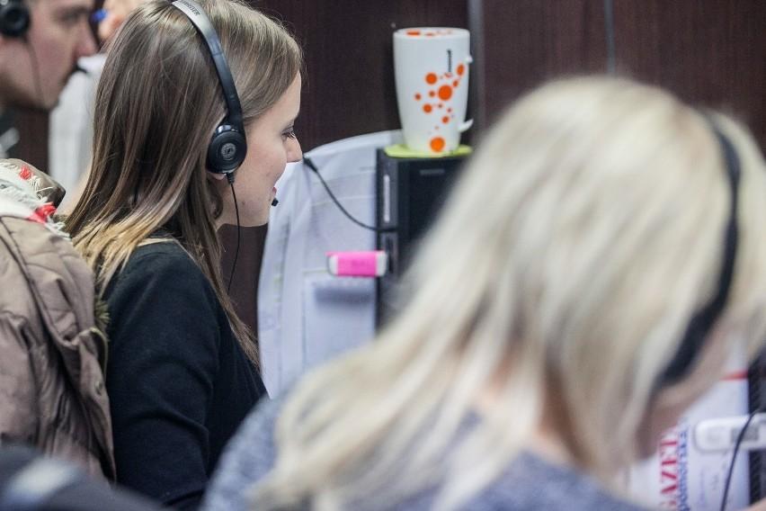 Dzięki wolontariuszom-studentom Uniwersytetu Medycznego w Łodzi ruszyła infolinia dla mieszkańców o koronawirusie. Podobne wsparcie zapewniły inne ośrodki akademickie w kraju. Ale nie wszędzie obyło się bez kontrowersji.>>> Czytaj więcej na kolejny slajdzie >>>