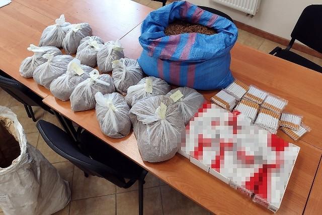"""Nielegalny tytoń i papierosy znaleźli u 46-latka z Gniewkowa policjanci. Szacuje się, że podatek akcyzowy o tego """"znaleziska"""" wynosi 16 tys. zł"""