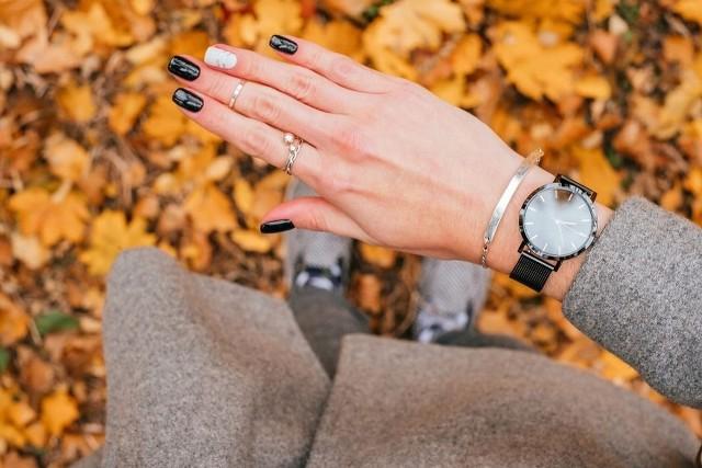 Jesienny manicure. Co będzie królowało na paznokciach tej jesieni? Paznokcie na jesień 2021. Najmodniejsze kolory paznokci 2021