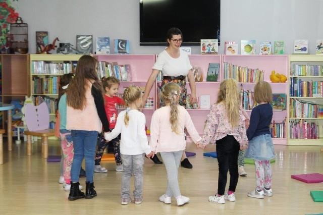 """Odbyły się pierwsze zajęcia z cyklu """"SOL-FA i wszystko gra"""", które dla dzieci przygotowała Biblioteka Miejska w Inowrocławiu. Kolejne takie zajęcia zaplanowano już na 25 października"""