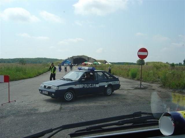 Policjanci wpuścili gości na teren lotniska w Chojnie dopiero około godz. 19.