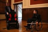 UAM Poznań: Napadnięty Marek Suwezda otrzymał nowy wózek. Udana zbiórka dla niepełnosprawnego studenta