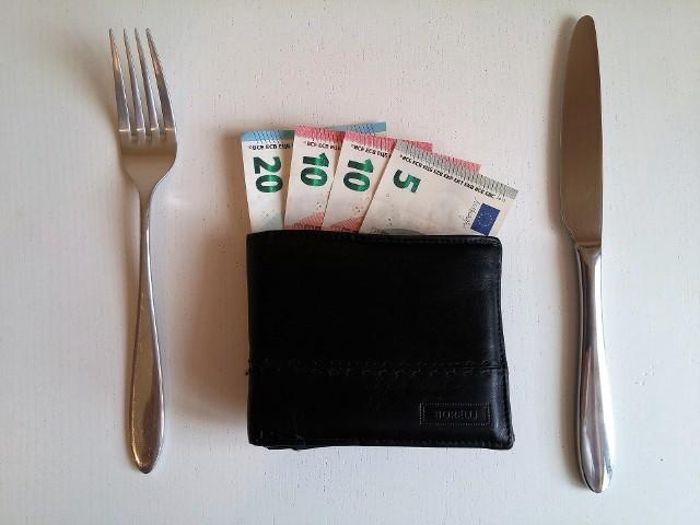 Jakie są koszty życia w Polsce, a jakie za granicą? Gdzie można odłożyć pieniądze na mieszkanie dwa razy szybciej niż w Polsce? Porównaj wydatki na życie w wybranych krajach.