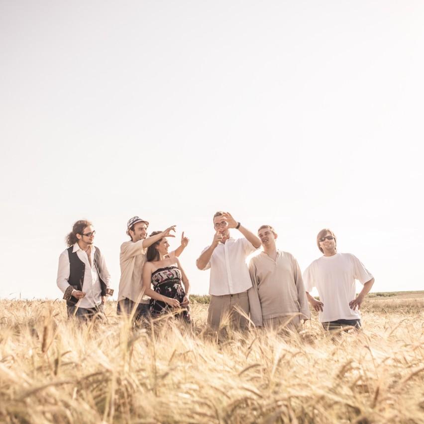 Zespół Chwila Nieuwagi wygrał Zimową Giełdę Piosenki, czyli największy studencki festiwal muzyczny w Opolu,  w 2010 roku. Teraz formacja zagra jako jedna z gwiazd Zamczyska.