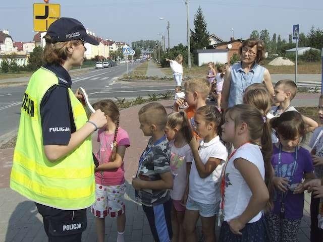 Sierżant sztabowy Małgorzata Tworek-Haraszkiewicz uczyła dzieci bezpiecznych zachowań na drodze