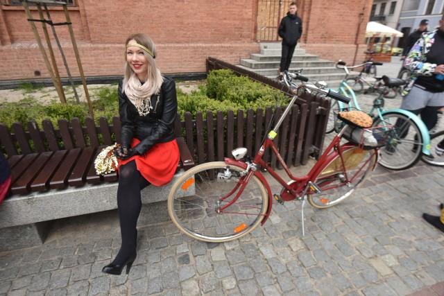 Kolejna już rowerowa masa krytyczna tym razem jechała pod hasłem eleganckich strojów. Cykliści mogli się ubrać w niecodzienne jak na jazdę rowerem ubrania.