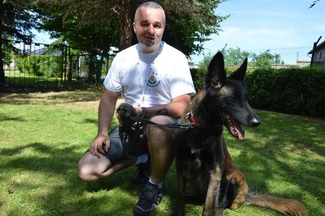 Jarosław Dwornik z psem Cristie przyjechali na manewry z Międzybrodzia Bialskiego koło Żywca.