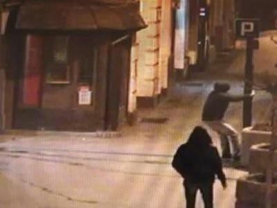 Pijany 20-latek, powyrywał drzewka z donic przy ul. Dworcowej.