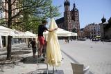 Kraków. Rynek Główny zaczyna przypominać ten sprzed pandemii. Ogródki wracają po ponad pół roku! Gastronomia czeka na otwarcie. Zdjęcia