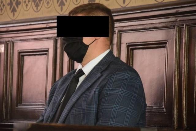 W Sądzie Rejonowym w Gnieźnie zakończył się proces policjantów z Pobiedzisk, Karoliny F. i Filipa S. Funkcjonariusze zostali oskarżeni o niedopełnienie obowiązków służbowych, nieudzielenie należytej pomocy 36-latkowi oraz narażenie mężczyzny na niebezpieczeństwo utraty życia i zdrowia.