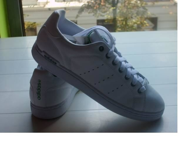 Te męskie buty Adidasa kosztują teraz w outlecie My Shop 145 złotych.