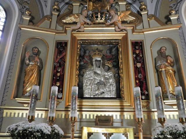 Obraz Matki Bożej Pani Kujaw znajduje się w Ostrowąsie od połowy XVII wieku. Namalowano go około roku 1630, wzorując na słynnym wizerunku Salus Populi Romani (Ocalenie Ludu Rzymskiego) znajdującym się w rzymskiej bazylice Santa Maria Maggiore