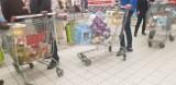 Łódź: tłumy ruszyły na zakupy! W sklepach pustoszeją półki! Ruch wokół sklepów większy niż zwykle. ZDJĘCIA