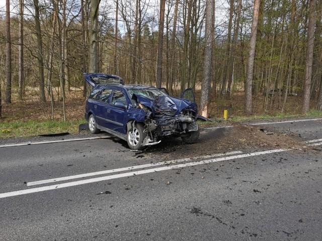 Pogoda była ładna, droga sucha, a widoczność doskonała. Dlatego nie wiadomo, z jakiego powodu we wtorek, 14 kwietnia, kobieta kierująca oplem astrą zjechała z drogi i uderzyła w drzewo. Na miejsce przyjechały służby ratunkowe, kobietę zabrano do szpitala. Zdarzenie miało miejsce na drodze wojewódzkiej nr 130, niedaleko miejscowości Tarnów w gminie Lubiszyn. Ze zdjęć, które umieścili w internecie strażacy z OSP Lubiszyn widać, że siła uderzenia w drzewo musiała być duża. Opel astra ma doszczętnie rozbity przód. Na miejsce wezwano służby ratunkowe. Poza druhami z Lubiszyna przyjechali też ich koledzy z OSP Lubno, policja i karetka.Policjanci ustalają, dlaczego kobieta zjechała na pobocze i uderzyła w przydrożne drzewo. Działania strażaków polegały na zabezpieczeniu miejsca zdarzenia. Kobieta została zabrana do szpitala na obserwację. Polecamy wideo: Policjanci z Archiwum X wracają do zbrodni sprzed 21 lat. Kto zabił 43-letniego mieszkańca Żagania?