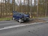 Koło podgorzowskiego Tarnowa opel zjechał z drogi i uderzył w drzewo. Kobieta trafiła do szpitala