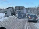 Żednia. Ciężarówka wpadła w poślizg na moście i częściowo zablokowała drogę (zdjęcia)