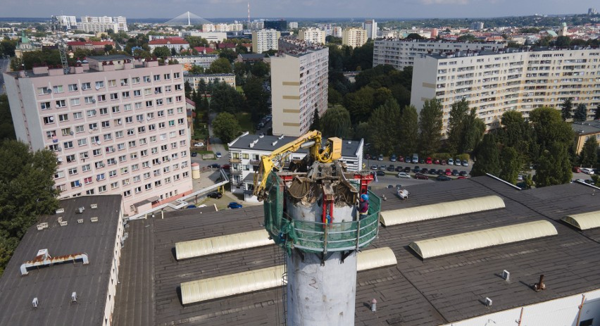Przygotowanie do wyburzenia komina w centrum Rzeszowa.