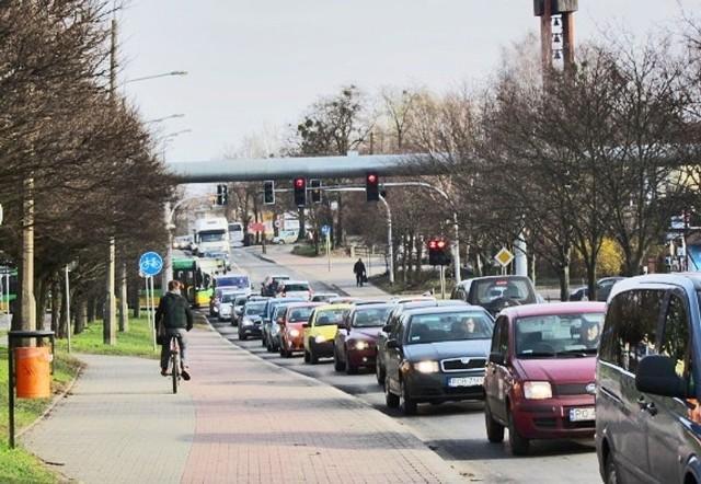 Naramowicka, czy koszmar kierowców samochodów i pasażerów autobusów. Nie ma w Polsce drogi, po której by się wolniej jeździło. Wciąż nie wiadomo, czy będzie ona przebudowana