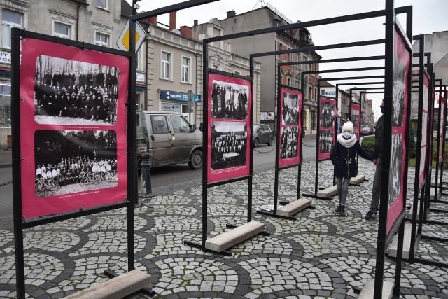 Organizatorzy wystawy na rynku w Nakle zachęcają do oglądania