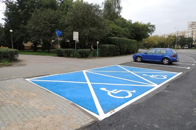 Miejsca do parkowania dla osób niepełnosprawnych.