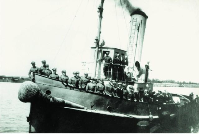 Na przepustce do Gdyni. Holownik Marynarki Wojennej podczas zdejmowania cum. Na górnym pokładzie mjr Henryk Sucharski