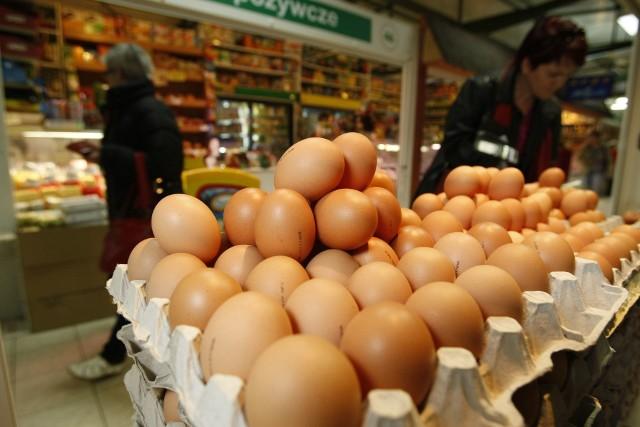 Produkcja jajek oznaczonych cyfrą 3 (a więc pochodzących z chowu klatkowego) wiąże się z największym cierpieniem zwierząt.