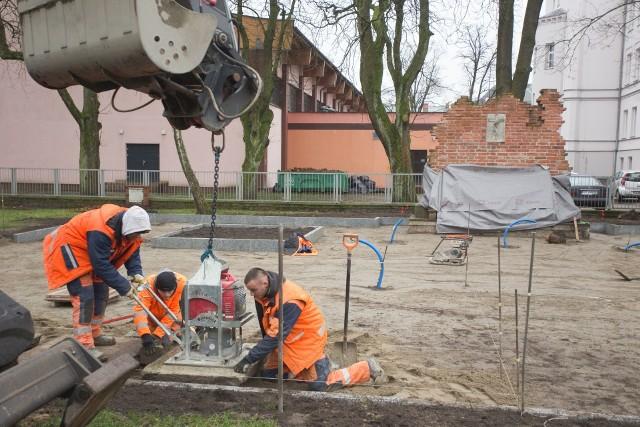 """Prace w parku Powstańców Warszawskich wykonywane są w ramach projektu """"Łamiemy bariery, łączymy pokolenia – rewitalizacja obszaru Podgrodzia, Starego Miasta i Śródmieścia Miasta Słupska"""""""