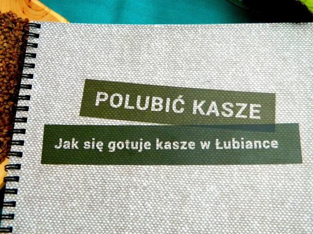 """""""Polubić kaszę"""" to efekt pracy siódemki gimnazjalistów z Zespołu Szkół w Łubiance. Opiekę naukową sprawowała Stanisława Kardas"""