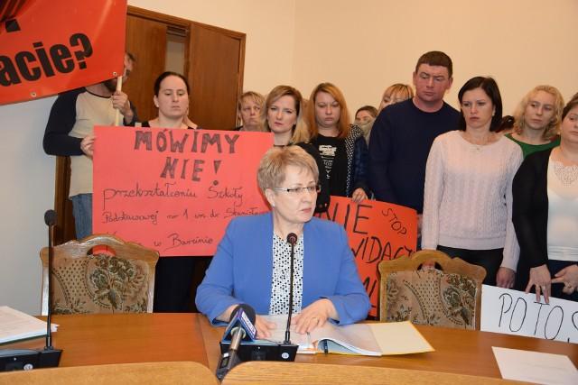 Uzasadnienia dotyczące przekształceń w SP 1 Barcin i SP Mamlicz przedstawiła Lidia Kowal - odpowiedzialna w gminie Barcin za oświatę