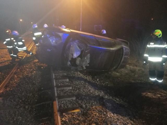 Do groźnego wypadku doszło w nocy z niedzieli na poniedziałek na przejeździe kolejowym w Drzewicy w powiecie opoczyńskim.CZYTAJ DALEJ NA NASTĘPNYM SLAJDZIE