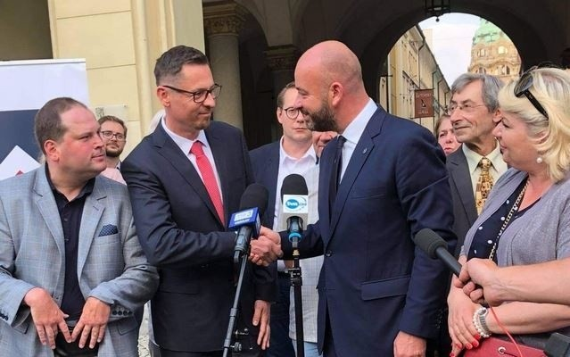 Radny Sergiusz Kmiecik i prezydent Wrocławia Jacek Sutryk.