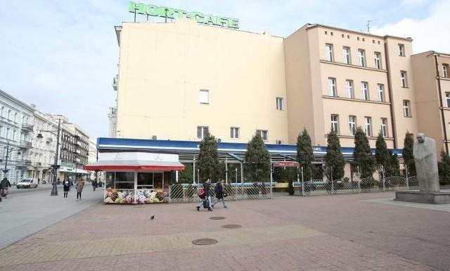 Trwa remont kultowej kawiarni na Piotrkowskiej przy pasażu Schillera – Hort Cafe, czyli dawnego Hortex-u. Tak (na zdjęciu) kawiarenka prezentowała się niedawno. ZDJĘCIA, WIZUALIZACJE, WIĘCEJ INFO - KLIKNIJ DALEJ