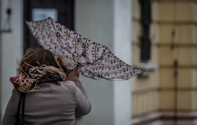 Porywisty wiatr prognozowany jest aż w ośmiu powiatach.