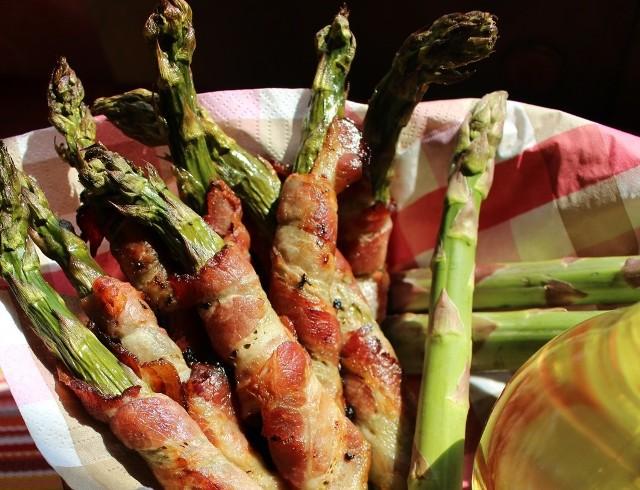 Sezon na szparagi rozpoczęty! Zobacz, co można przygotować ze szparagów, by było prosto i pysznie. Na zdjęciu szparagi zawijane w boczek.