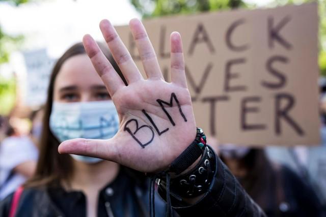 """Do fali protestów po zabójstwie George'a Floyda w USA dołącza się Europa. Tysiące osób w Hiszpanii, Wielkiej Brytanii, Francji, a także Polsce, zebrały się pod ambasadami Stanów Zjednoczonych w geście solidarności. Jak wyglądały demonstracje pod hasłem """"Black Lives Matter""""?"""