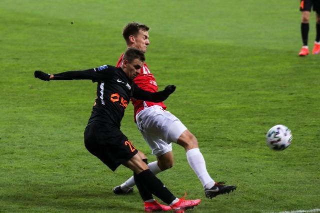 Kacper Chodyna w walce o piłkę z Łukaszem Burligą