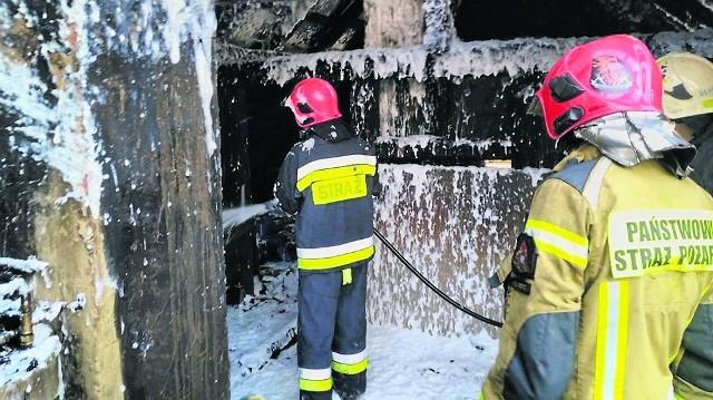 """Pożar wybuchł na poddaszu jednej części poniemieckiego """"bliźniaka"""". Jednak oba mieszkania zostały poważnie uszkodzone"""