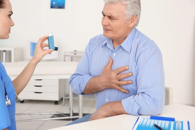 Jedną z częstych przyczyn duszności i bólu w klatce piersiowej jest astma oskrzelowa. Takie objawy często świadczą też jednak o dużo niebezpieczniejszych schorzeniach układu krążenia