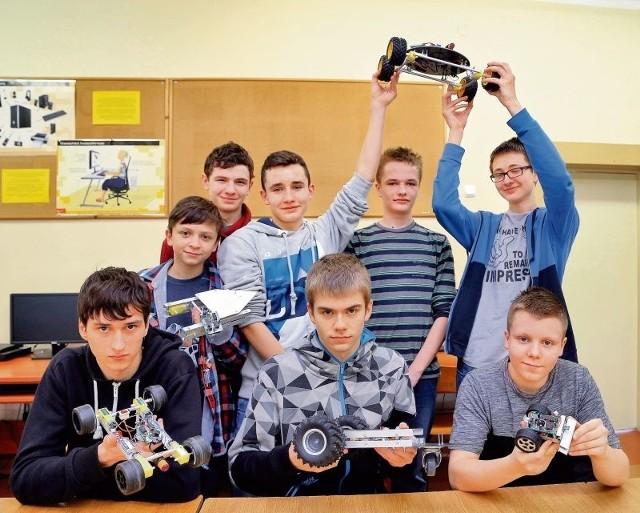 RoboGim13 to grupa pasjonatów robotyki w jednym z białostockich gimnazjów. Skonstruowali już pięć działających robotów i chcieliby zmierzyć się z kolegami z gimnazjów z całej Polski.