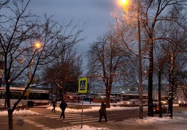Dzięki nowym lampom piesi są lepiej widoczni na przejściu przy ulic Beliny-Prażmowskiego.