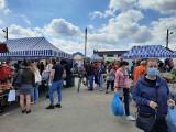 Targowisko w Ostrowcu w sobotę, 15 maja. Mimo poluzowania obostrzeń wiele osób było w maseczkach [ZDJĘCIA]