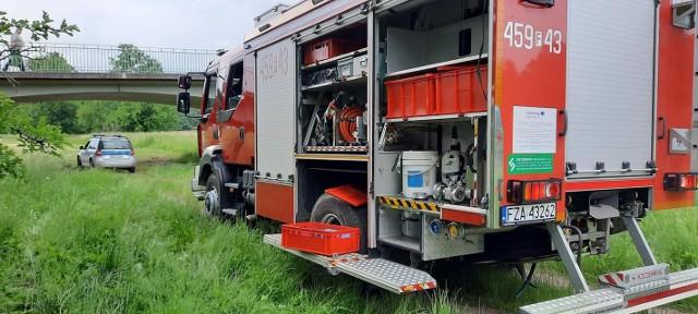 - Zostaliśmy zadysponowani do tragicznego zdarzenia, wezwano nas do pomocy policji w wyłowieniu denata z Nysy Łuzyckiej - przekazują strażacy ochotnicy.