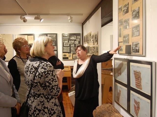 Po jubileuszowej wystawie oprowadzała gości m.in. Anna Sergott.
